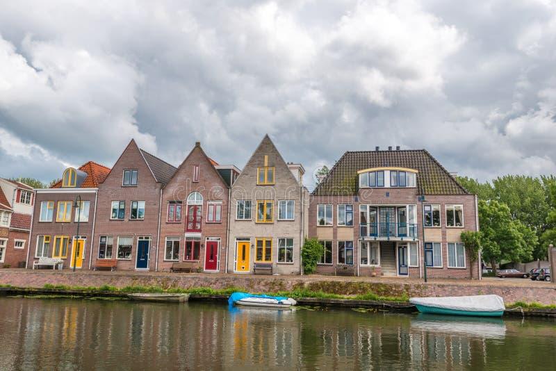 huizen naast rivier, Edam, Nederland stock afbeelding