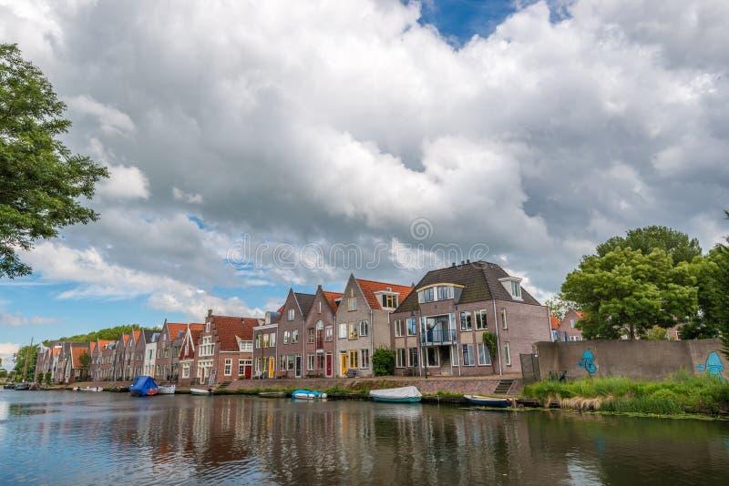 huizen naast rivier, Edam, Nederland stock foto