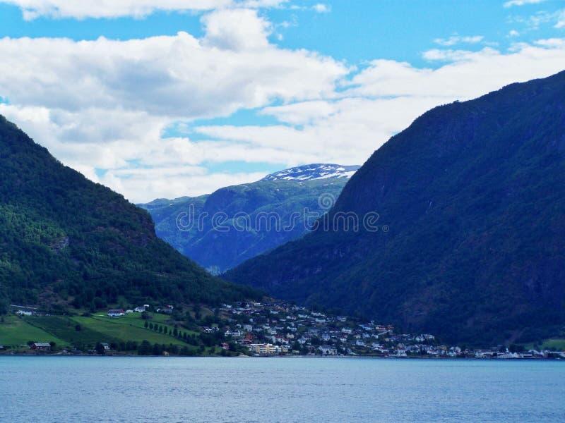 Huizen, Noors dorp, fjordachtergrond royalty-vrije stock fotografie
