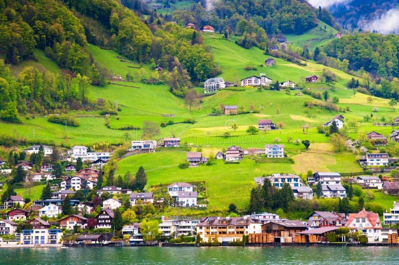 Huizen op de heuvel in Beckenried - Vitznau, Luzerne, Zwitserland stock foto