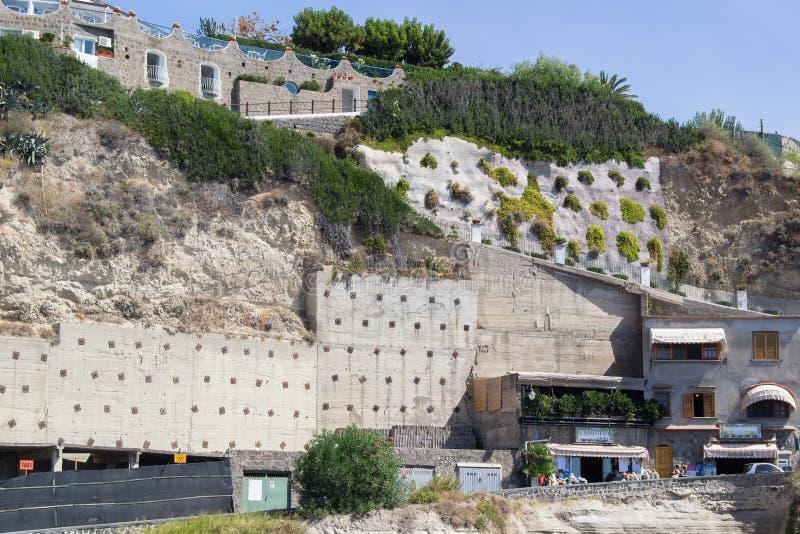 Huizen op de heuvels in Ischia Italië in de dag stock foto