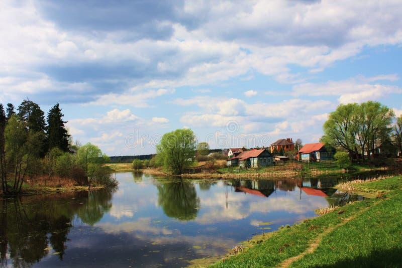 Huizen op de rivier stock foto's