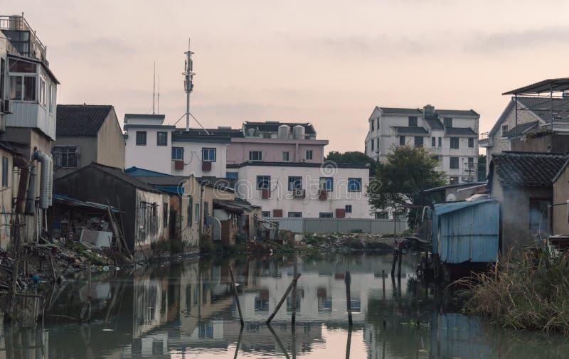 Huizen op een Krottenwijk Stedelijk Gebied op de zonsondergang royalty-vrije stock fotografie