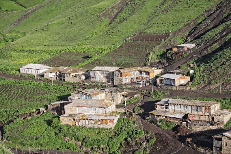 Huizen op groene heuvel royalty-vrije stock afbeeldingen