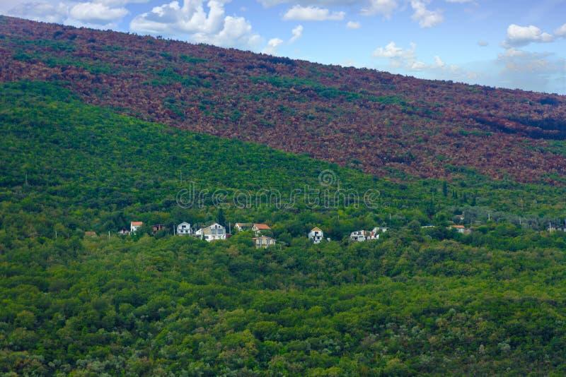Download Huizen Op Groene Heuvel Dichtbij Brandlijn Stock Foto - Afbeelding bestaande uit huizen, schade: 107708308
