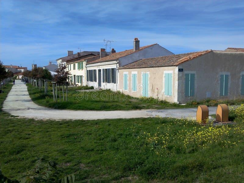 Huizen op het eiland ÃŽle-D ` Aix in het noorden van Frankrijk royalty-vrije stock foto