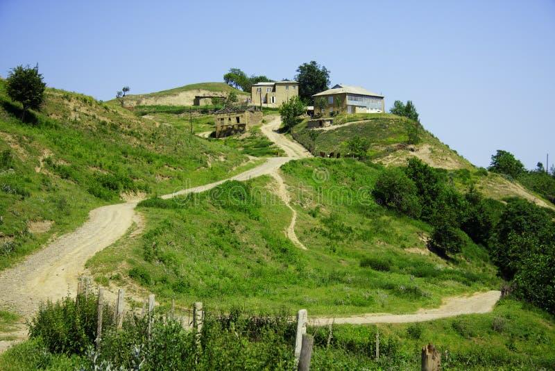 Huizen op heuvel stock afbeelding
