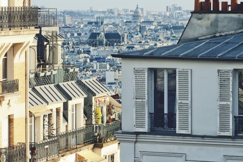 Huizen op Montmartre-heuvel in Parijs stock afbeeldingen