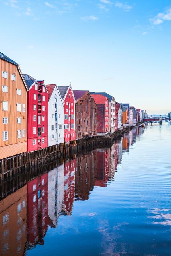 Huizen in oude stad van Trondheim, Noorwegen stock afbeeldingen