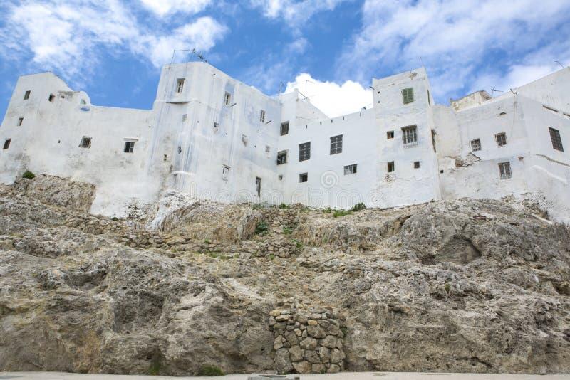 Huizen over kustrotsen die worden gebouwd Tetouan, Marokko stock fotografie