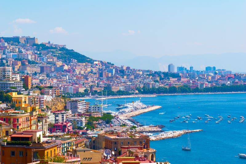 Huizen rond de baai en boten in de haven in Napels Itali? royalty-vrije stock foto's