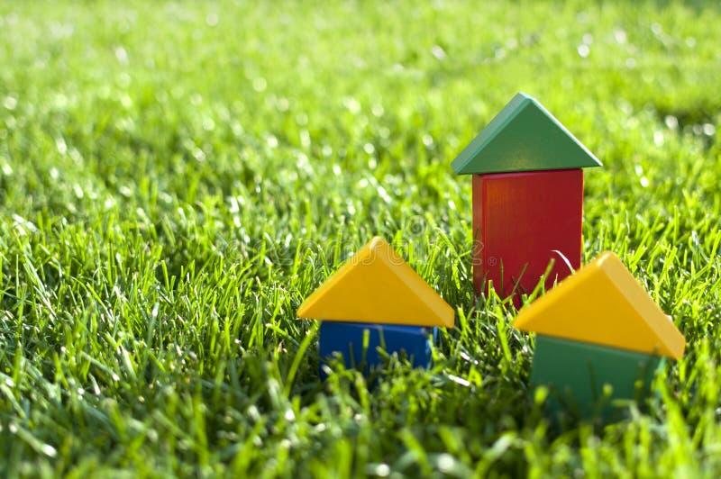 Huizen van de blokken op het gras. royalty-vrije stock afbeeldingen