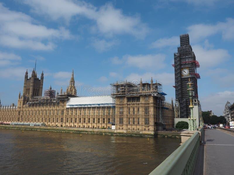 Huizen van het Parlement de behoudswerken in Londen stock afbeeldingen