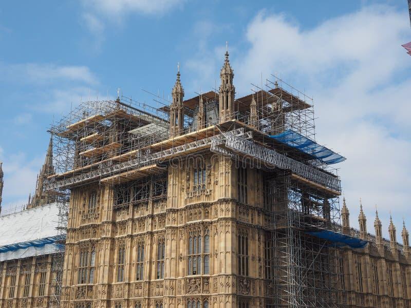 Huizen van het Parlement de behoudswerken in Londen stock afbeelding