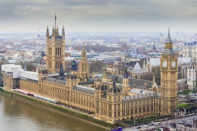 Huizen van het Parlement met Elizabeth Tower - Big Ben zoals die van het Oog van Londen wordt bekeken stock foto