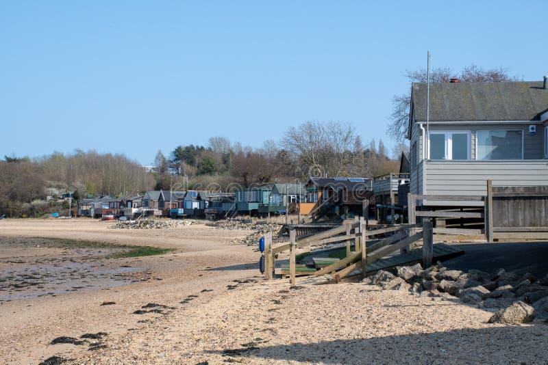 Huizen van rij de houten beachside op strand stock afbeeldingen