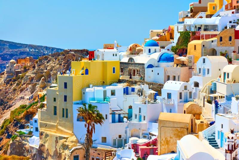 Huizen van verschillende kleuren in Santorini stock foto