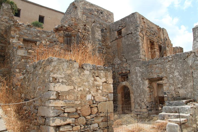 Huizenruïnes, Spinalonga-de Vesting van de Lepralijderkolonie, Elounda, Kreta stock fotografie