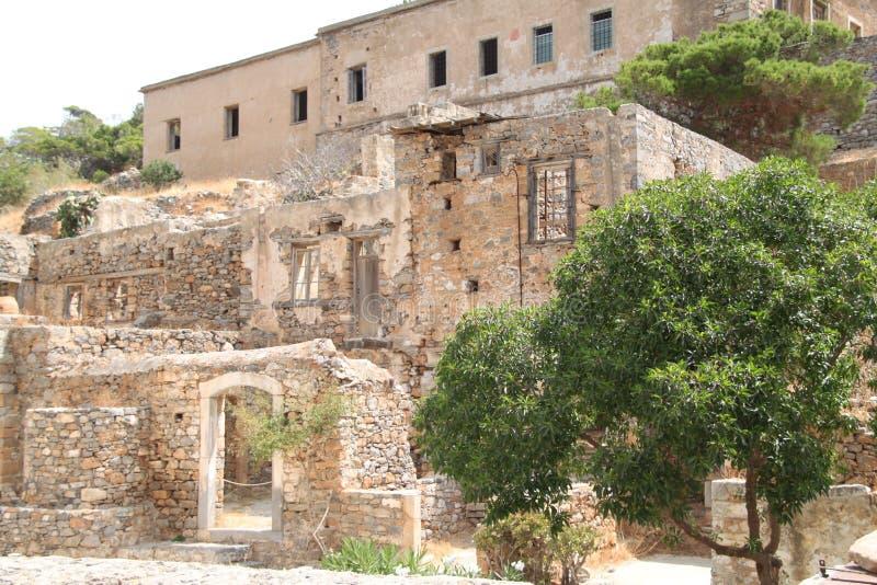 Huizenruïnes, Spinalonga-de Vesting van de Lepralijderkolonie, Elounda, Kreta stock foto