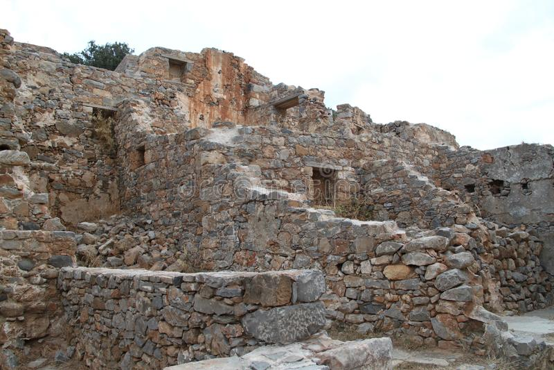 Huizenruïnes, Spinalonga-de Vesting van de Lepralijderkolonie, Elounda, Kreta stock afbeelding