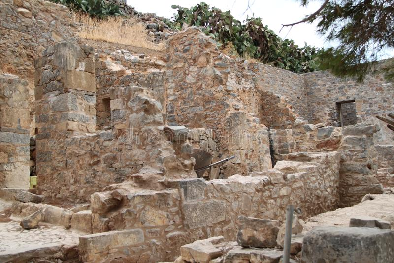 Huizenruïnes, Spinalonga-de Vesting van de Lepralijderkolonie, Elounda, Kreta stock foto's