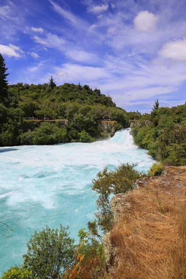 Huka cai no rio de Waikato, Nova Zelândia imagem de stock
