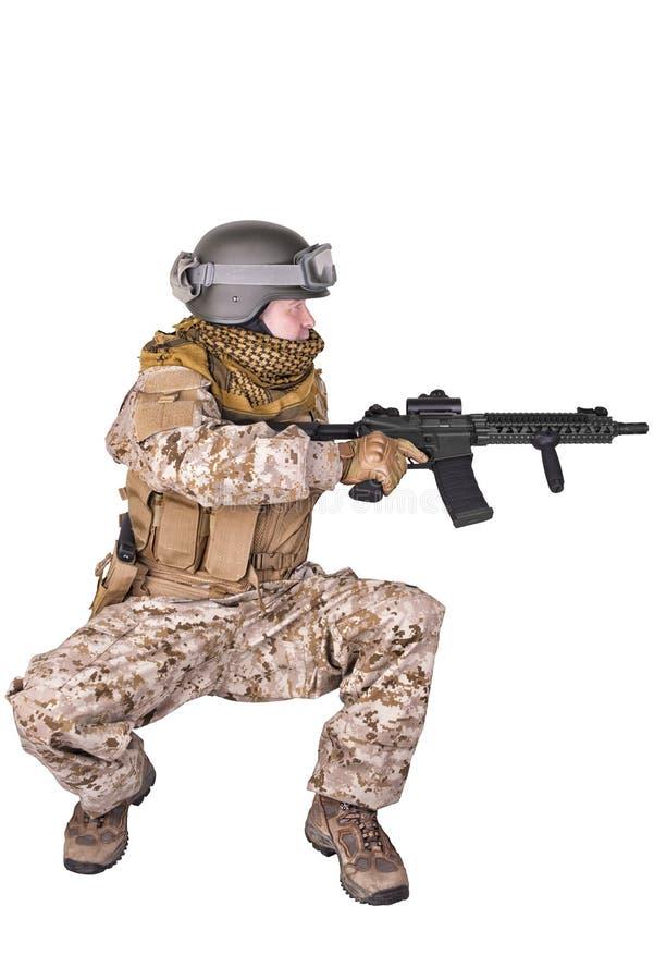 Huka sig ned för armésoldat fotografering för bildbyråer