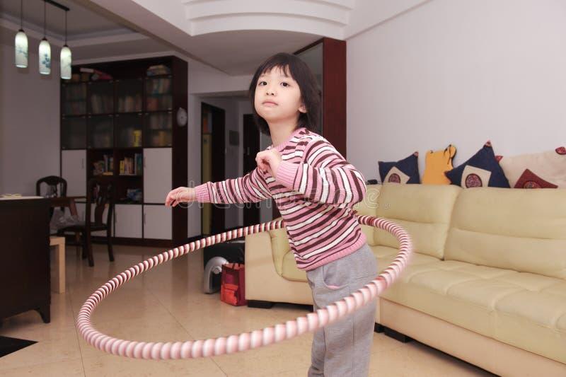 Hula asiatico del bambino che hooping fotografie stock libere da diritti