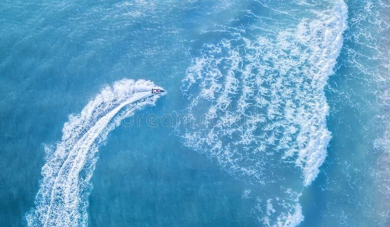 Hulajnoga na wodnej powierzchni od odgórnego widoku Seascape tło od odgórnego widoku zdjęcia royalty free