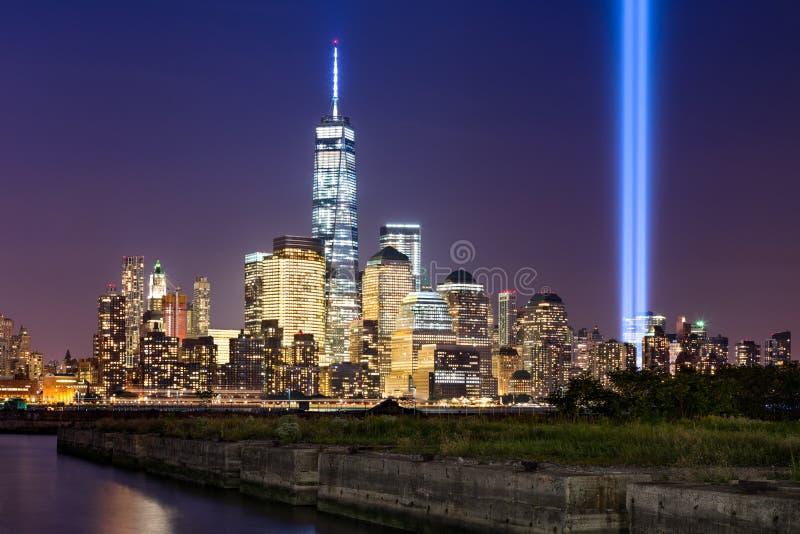 Hulde in Licht over Lower Manhattan, de Stad van New York stock afbeeldingen