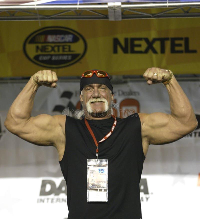Hulk Hogan deltar i NASCAR-loppet royaltyfria bilder