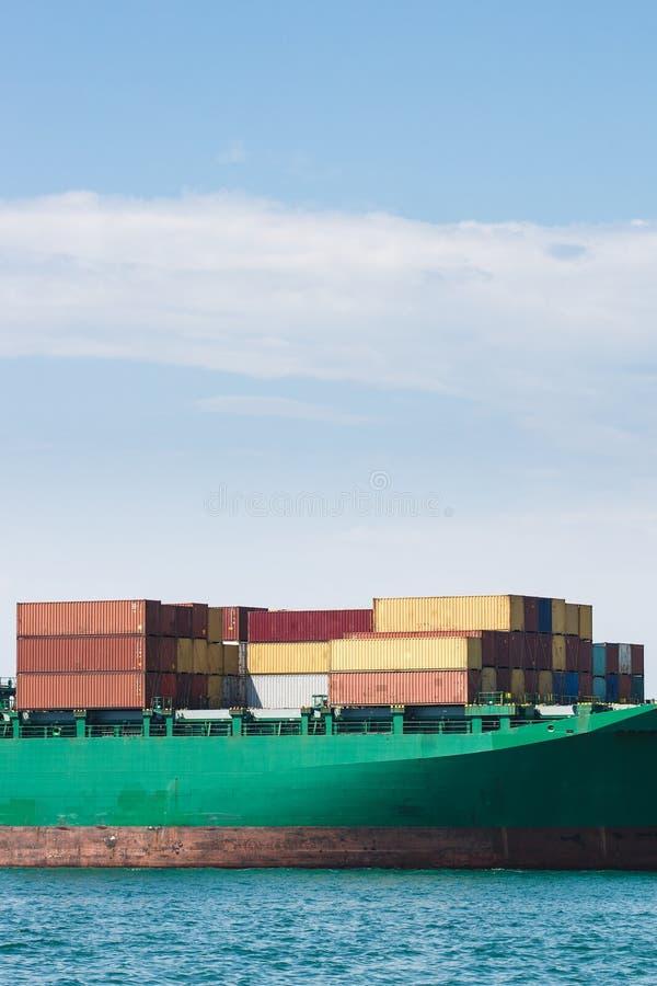 Hull van een groot die schip met containers wordt geladen stock foto's