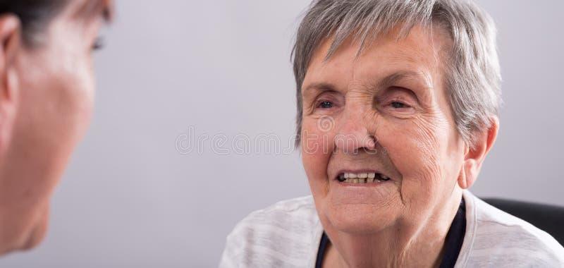 Hulp aan bejaarden stock afbeeldingen