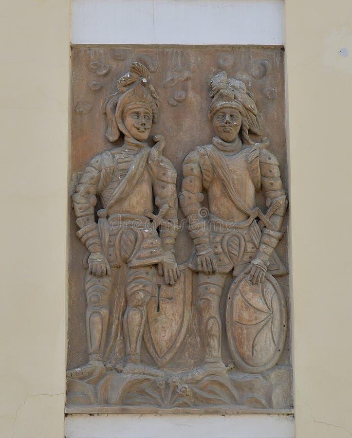 Hulp, de fresko van middeleeuwse militairen op een oud huis in Kutná Hora, Tsjechische Republiek stock foto