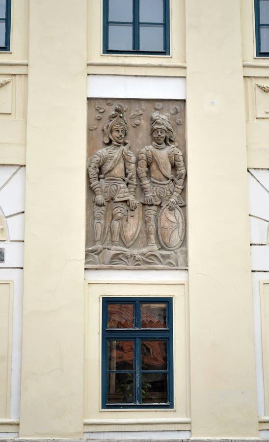 Hulp, de fresko van middeleeuwse militairen op een oud huis in Kutná Hora, Tsjechische Republiek stock afbeelding