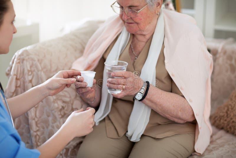 Hulp en geneesmiddelen voor oudere mensen stock afbeelding
