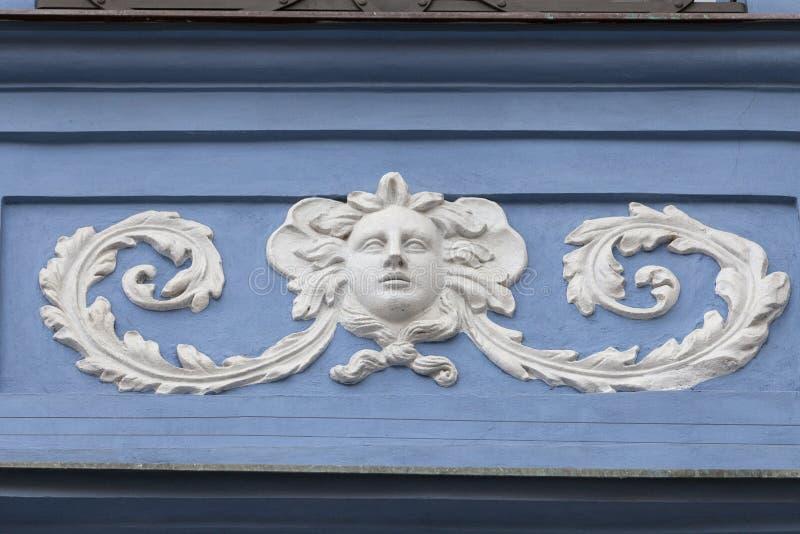 Hulp op voorgevel van de oude bouw, verfraaid vrouwen` s gezicht, Praag royalty-vrije stock afbeeldingen