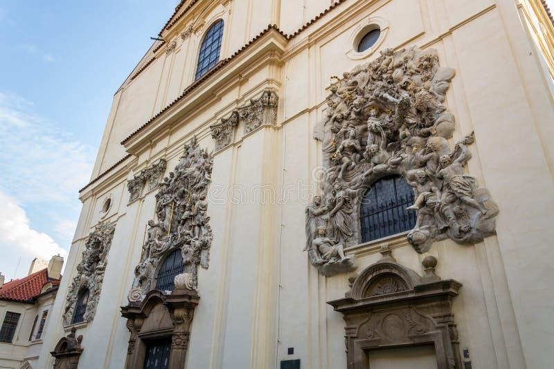 Hulpbeeldhouwwerk op voorgevel van de Kerk van Heilige James The Greater met Minorite-klooster in Oude Stad van Praag, Tsjechisch royalty-vrije stock afbeeldingen