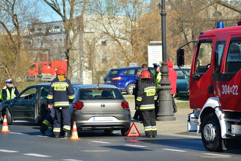 Hulpdiensten bij de scène van een verkeerongeval stock fotografie
