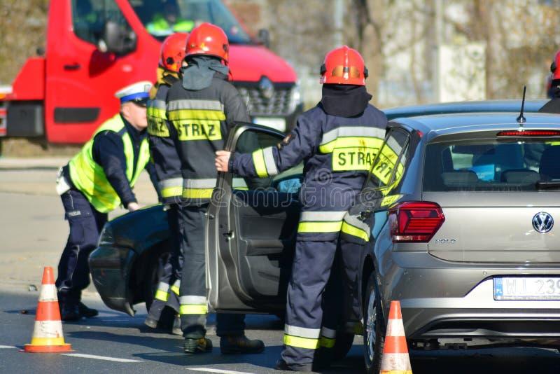 Hulpdiensten bij de scène van een verkeerongeval royalty-vrije stock foto