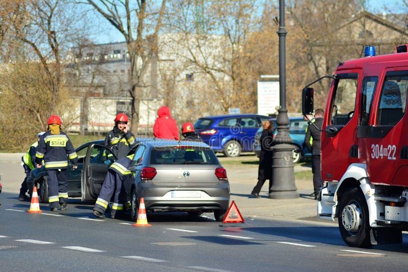 Hulpdiensten bij de scène van een verkeerongeval royalty-vrije stock fotografie