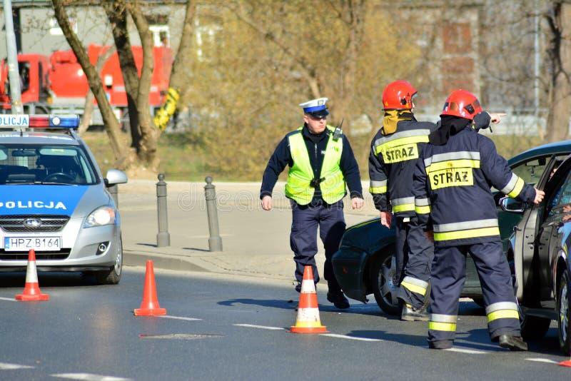 Hulpdiensten bij de scène van een verkeerongeval stock afbeelding