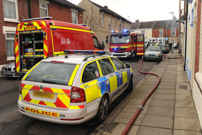 Hulpdiensten bij huisbrand stock foto