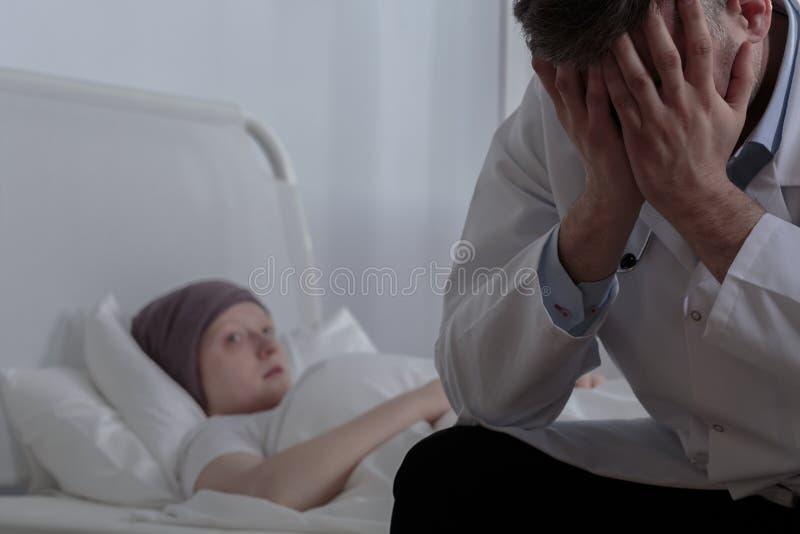 Hulpeloze arts met zijn patiënt royalty-vrije stock afbeeldingen