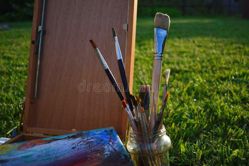Hulpmiddelen en de toebehoren van de kunstenaar Borstels, palet en sketchbook voor tekening stock fotografie