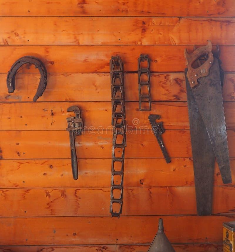 Hulpmiddelen en het Hoefijzer Hangen op Muur royalty-vrije stock afbeelding