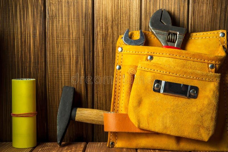 Hulpmiddelen en instrumenten in leerzak op houten achtergrond royalty-vrije stock foto's