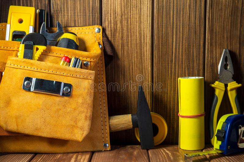 Hulpmiddelen en instrumenten in leerzak op houten achtergrond royalty-vrije stock fotografie
