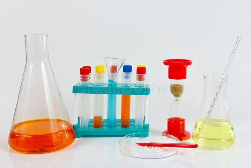 Hulpmiddelen en materiaal voor klinische studies over witte achtergrond stock fotografie
