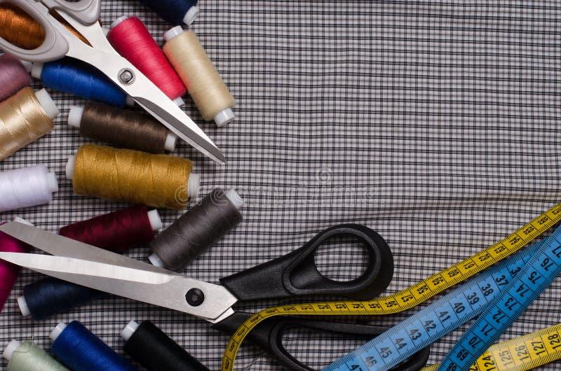 Hulpmiddelen en toebehoren voor het naaien Naaiende draad, schaar, tailo stock fotografie
